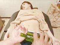 男性セラピストから媚薬入りのオイルを塗られて敏感になった身体に性感マッサージされ潮吹きさせられちゃうモデル系美女 吉沢明歩 erovideo女の子のための無料アダルト動画