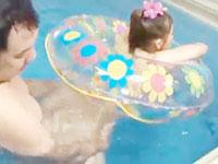 ゴロー 時間を止められる超能力を使いホテルのプールで遊ぶ女子達とエッチしちゃうイケナイおじ様 JavyNow女性向け無料AV動画