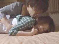 鈴木一徹 友達同士で家飲みして寝てしまった美人な女友達に夜這いしちゃうイケメンお兄さんの強引なセックス JavyNow女の子のための無料アダルト動画