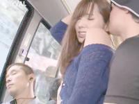 夫の一緒に乗っているバスの中で寝てしまった夫の横で痴漢男にエッチされちゃうスタイル抜群な美人妻 波多野結衣 JavyNow女の子のための無料アダルト動画