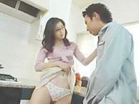 業者の男性を自宅のキッチンで自らスカートをめくり誘惑しちゃうスレンダーな痴女妻の不倫SEX 裏アゲサゲ女性専用安心安全無料エロ動画